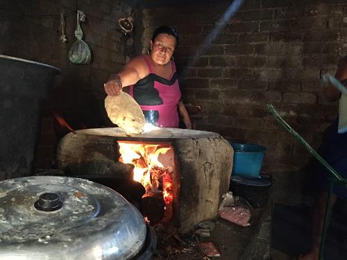 Una mujer de la comunidad Chatino prepara tortillas muy grandes de maíz criollo que son muy apreciadas en los mercados locales. Foto: Matthew O'Leary