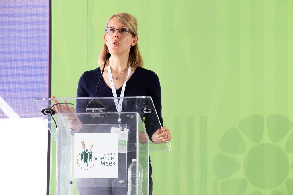 Catherine Potenski, Senior Editor of Nature Genetics, talks to participants of CIMMYT's Science Week on June 26, 2018. (Photo: Alfonso Cortés/CIMMYT)