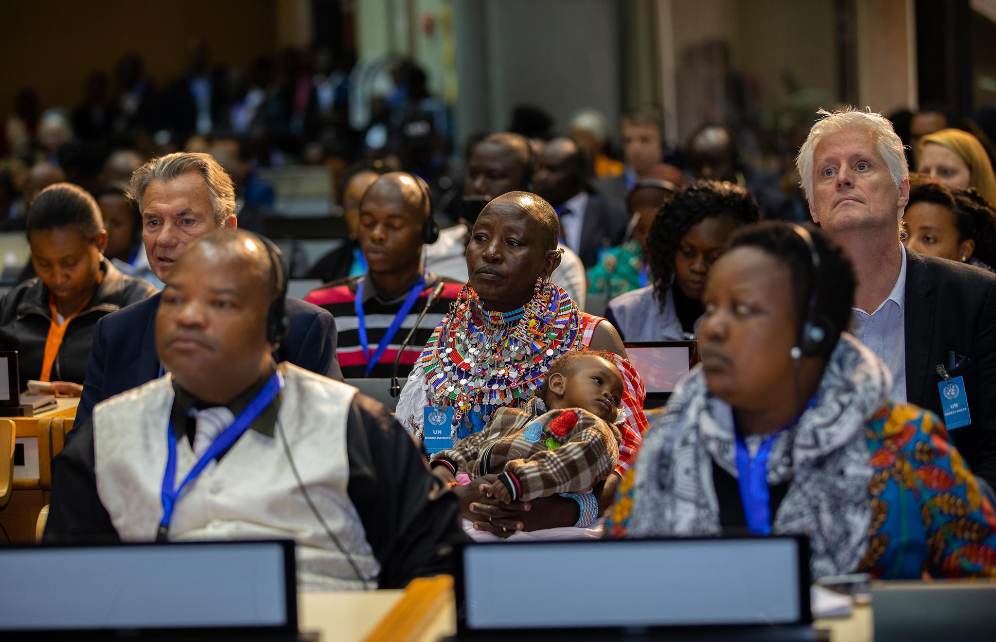 Una mujer masai cargando a un bebé (centro) asiste a la sesión plenaria del Foro Global sobre Paisajes en Nairobi 2018. (Foto: Global Landscapes Forum)