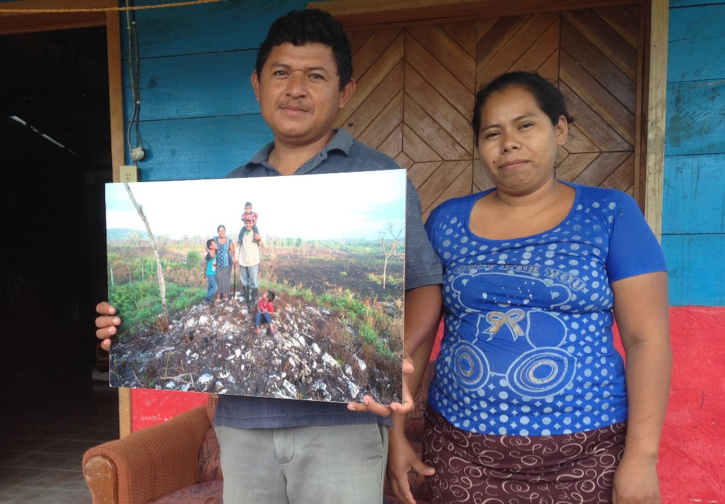 """La familia Vera muestra una copia de su retrato para el libro """"Familias milperas de la Península de Yucatán"""". (Foto: Silvia Sosa Castillo)"""